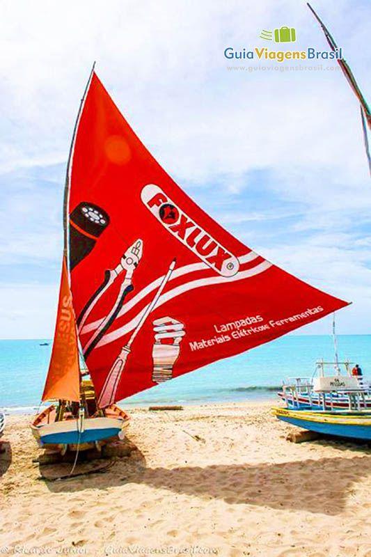 Imagem de barco a vela na Praia de Pajuçara, em Maceió, Alagoas, Brasil.
