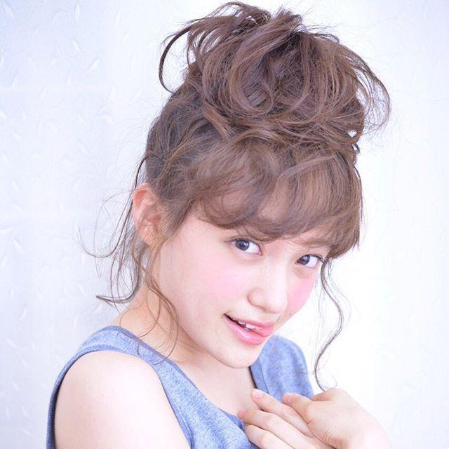 前髪をカールしたガーリーなお団子スタイル♡ チャイナドレスに合うヘアスタイルのアイデア 髪型・アレンジ・カットの参考に。