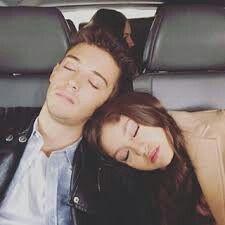 Dormidos en la limusina , Karol Sevilla y Ruggero Pascuali