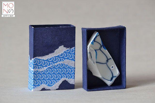 ...Sakana...Fantasia su coccio di ceramica giapponese (sakana=pesce) Il motivo decorativo del frammento di ceramica rappresenta tradizionalmente in Giappone la rete da pesca, simobolo di buon auspicio per una raccolta fruttuosa e di prosperità sulla tavola. Per questo molte ceramiche usate in cucina sono così decorate.