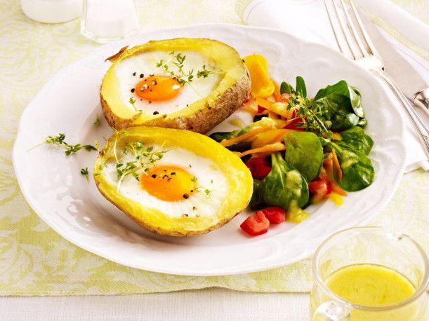 Unser beliebtes Rezept für Gefüllte Kartoffeln mit Ei und Feldsalat und mehr als 55.000 weitere kostenlose Rezepte auf LECKER.de.
