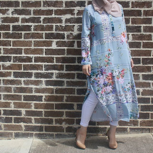 Heres another look from @hijab_house that I think is spot on for spring/summer. You can grab this tunic and hijab from the Hijab House pop-up sale this Monday at Northlands shopping centre! Btw @thehijabstylist will be presenting a styling session at the sale on Thursday the12th of November so if you want to meet the beauty queen/blogger/designer/all rounder then make sure you go along and sat heyyyy ✌✌ : @thedawdlingduo