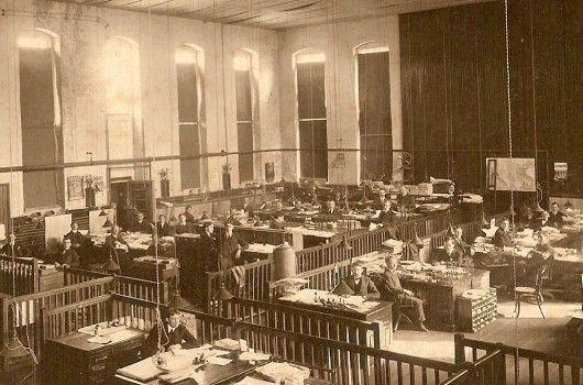 Avokonttoreista takaisin avokonttoreihin: Toimistojen historia alkoi samoihin aikoihin teollisen vallankumouksen kanssa ja ensimmäiset toimistot olivat yleensä avotiloja, joihin oli sijoitettu jopa satoja toimistotyöntekijöitä. Johtajat olivat ainoita, joilla oli oma toimisto.