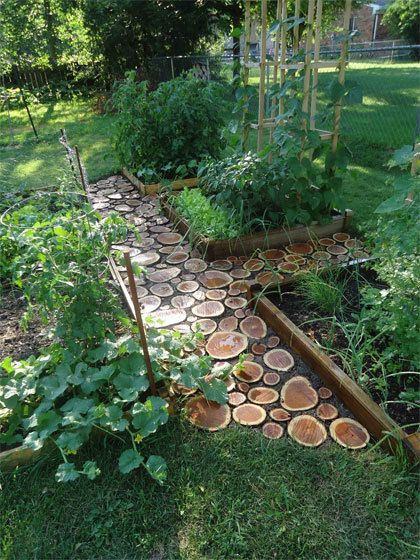 Voor een pad in de (moes)tuin kun je tegels, houtsnippers of grind gebruiken.