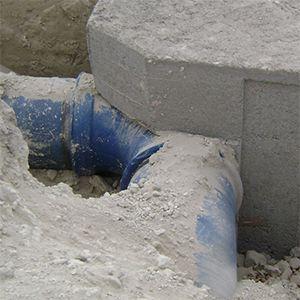 Los bloques de hormigón son el anclaje perfecto para evitar que la tubería de conducción enterrada se mueva por el empuje que provoca la presión en la línea. Los puntos críticos son los cambios de dirección y las reducciones de sección.