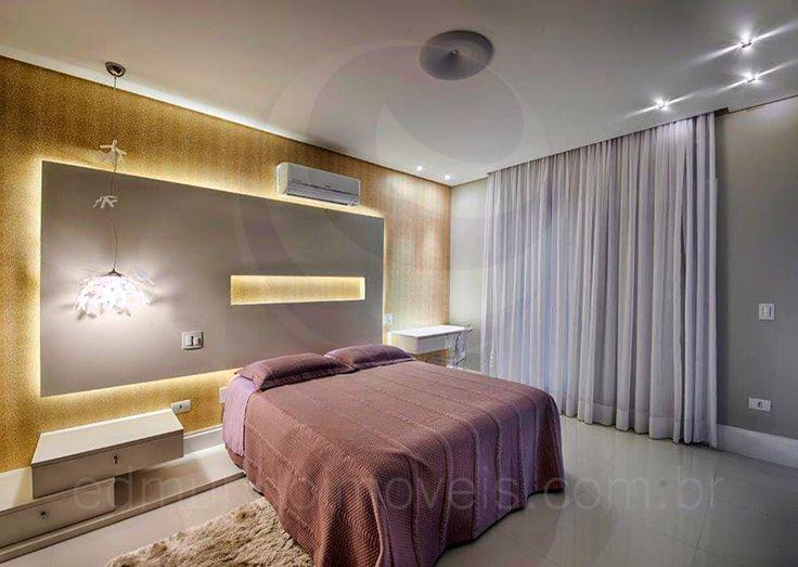 A suíte master possui um amplo toalete, decorado com pias duplas, além de banheira de hidromassagem e acabamento com um delicado papel de parede xadrez.