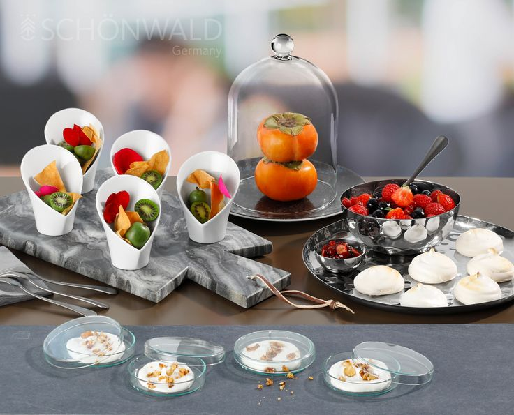 Leckereien in Porzellan, Glas, Edelstahl oder auf Marmor. Feine Büffetideen von SCHÖNWALD.