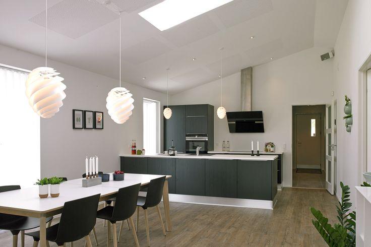 Stort og lyst køkken/alrum i moderne længehus.