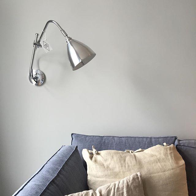 Task vegglampe i polert aluminium på et av @villaskovly sine prosjekter SÅ lekkert Lampen koster kr. 4.290,-, finnes i 8 farger og kan kjøpes i nettbutikken! Gratis frakt i Norge! www.lampestudio.no  #task #vegglampe #lampestudio #aluminum