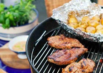 Fläskkarréskivor med foliebakad potatis och dragonsås | MåBra - Nyttiga recept