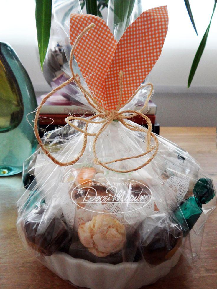 Bolo de Maçã com Crumble de Amêndoas, em ramequim de cerâmica, acompanha uma seleção de nossos produtos.