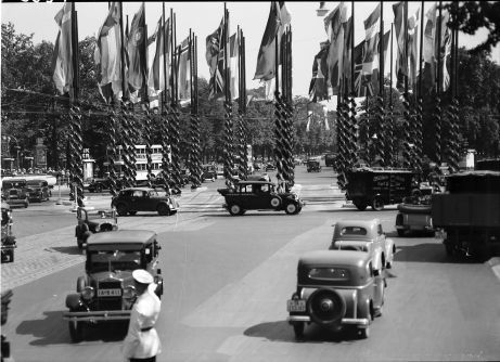 Berlin Olympiade 1936 Fahnenschmuck am Knie vom Autobus