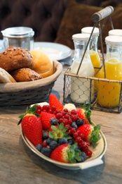 """... Huiskamer"""" genieten van een uitgebreid ontbijt met o.a.vers fruit en"""