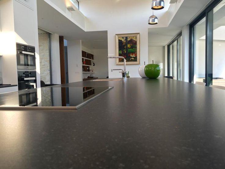 Referentie Wildhagen | Kookeiland met stenen keukenblad met kookplaat en afzuigkap. https://www.facebook.com/wildhagen.nl/posts/813036452134756 #designkeukens
