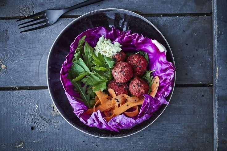 Rödbetsfalafel i spetskålswraps är en perfekt rätt för köttfria middagar. Och så kan du lägga den överblivna falafeln i matlådan i dagen efter ... Om det blir några över, vill säga.