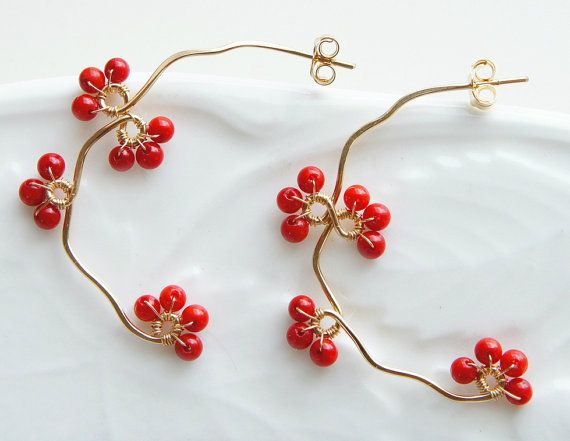 Red coral berries are wrapped with branch hoop, lovely earrings. These are very delicate looks, will match for a casual chic look. Hoop measures 0.8 x 1.2 (2cm x 2.9cm) All material is 14K gold filled( including ear nuts) Come in gift box Made to Order  Also available black onyx earrings,have a look https://www.etsy.com/listing/164361618/black-onyx-earrings-black-flower?ref=shop_home_active_17  Also available fresh water pearl earrings,have a look…