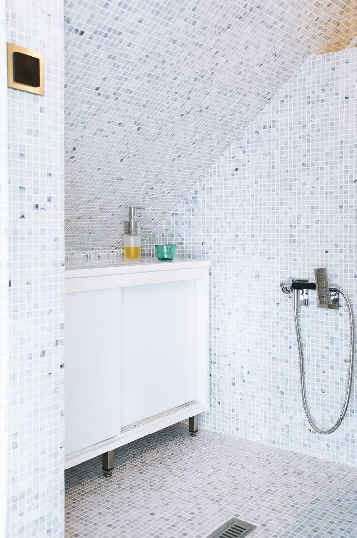 Kylpyhuoneen taso mittatilauksena. Valkoinen runko ja lumivalkoiset ovet.
