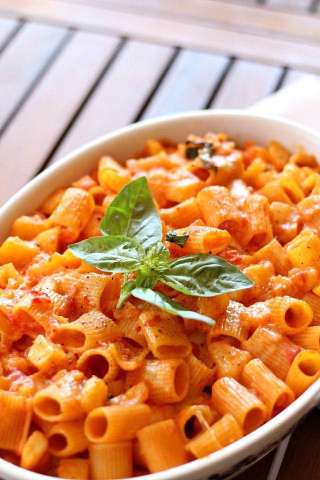Oggi vi propongo un piatto saporito e gustoso legato alla tradizione italiana:Pastae Patatenella versione estiva. Il pomodoro con le patate nuove, la provola filante, il parmigiano e le note piccanti del peperoncino vi conquisteranno. Questo è un primo piatto che potete preparare anche in antici