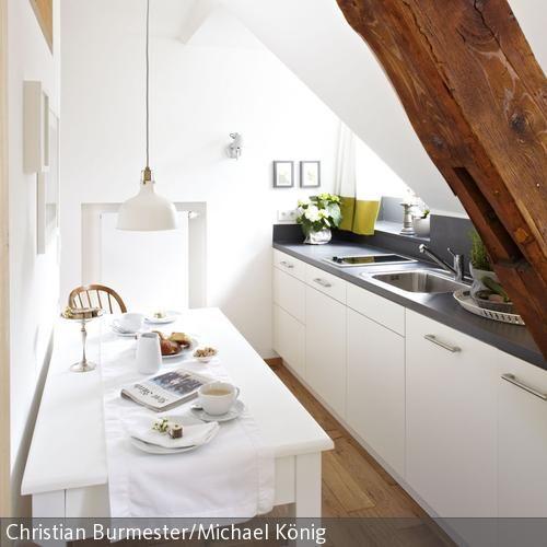 Schmale #Küche mit #Dachschrägen? Kein Problem! Ein #Esstisch findet hier trotz kleinem Raum seinen Platz.