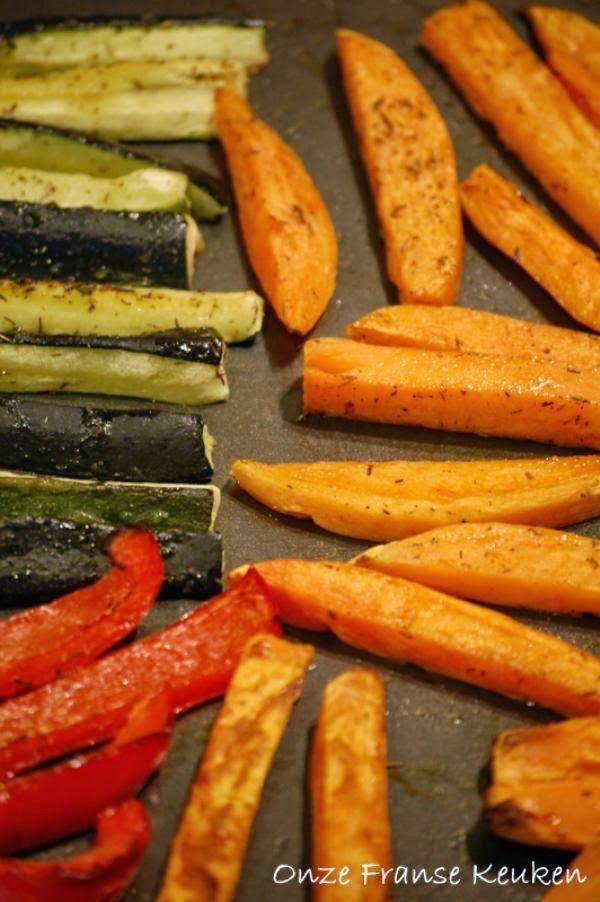 Rode paprika, zoete aardappel en courgette. In vingerdikke repen snijden en samen op een bakplaat kieperen. Olijfolie erover, wat grof zeezout en voor een Frans tintje wat 'herbes de Provence'.