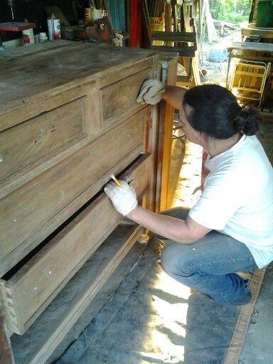 Trabalho de restauração em cômoda de cedro-rosa