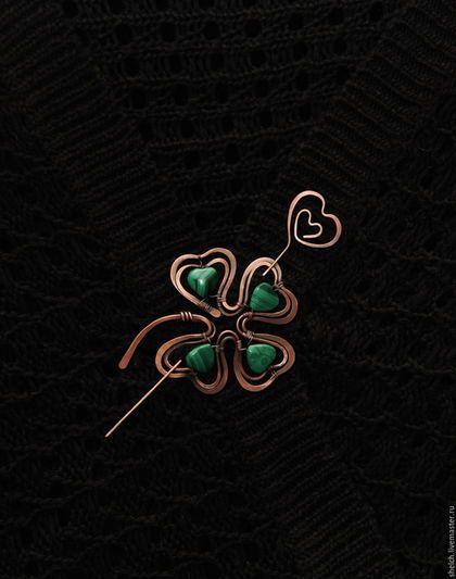 Брошь Четырехлистный клевер с малахитом. (фибула) wire wrap в интернет-магазине на Ярмарке Мастеров. Клевер - моя любовь! Особенно Четырехлистный Клевер! Этот Четырехлистный клевер более миниатюрный (около 6 см), с ярко-зеленым малахитом.