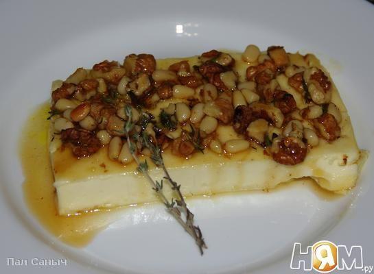 Запеченный сыр Фета с орешками и медом