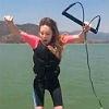 Belinda muestra su lado más extremo y disfruta de un paseo en esquí acuático