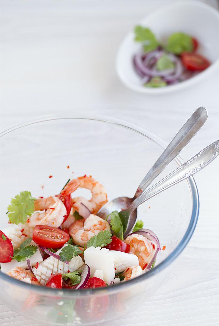 Ensalada de marisco (estilo Thai) o Yam taley (ยำทะเล). En Tailandia las ensaladas son muy diferentes y a diferencia de otros países, no llevan ni lechuga ni aceite… , se trata de buena cantidad de carne, pescado o marisco con unos cuantos vegetales y todo va aliñado con una salsa con unos toques dulces, salados, ácidos  y picante  http://www.cocinothai.com/ensalada-de-marisco-estilo-thai/ #Ensada de marisco