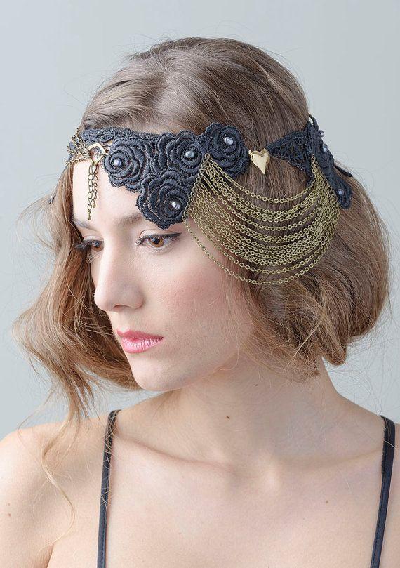 Espectacular tocado negro de encaje con cadenas en bronce y broche vintage chapado en oro de 24k en forma de corazón.