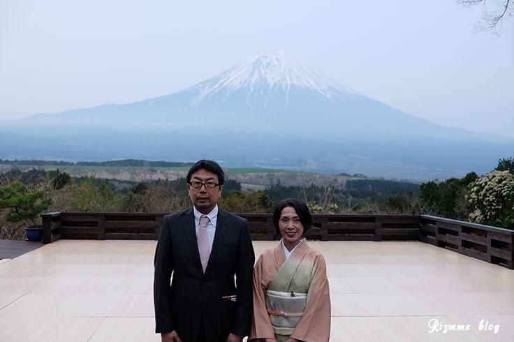 祝!山本先生プロデュースの新しいヘルスリゾート「日月倶楽部」オープン記念イベント参加してきました〜(^^)v 富士山を背景にした能舞台はまさに、天空の舞台!とても神秘的な体験でした。当日の様子をレポートします♪/mari ▼究極のヘルスケアリゾート、朝霧高原についに誕生!OPEN記念イベントレポ