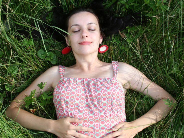 Textilní náušnice Červenobílé ručně šité bavlněné náušnice bílobéžové, lemované červeným proužkem