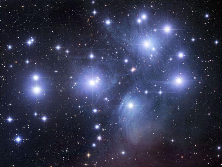 Las Pléyades , seguramente el cúmulo de estrellas más famoso del cielo , se puede ver sin prismáticos incluso desde las profundidades de una ciudad con contaminación lumínica . También conocido como las Siete Hermanas y M45 , las Pléyades es uno de los cúmulos  abiertos más brillantes y cercanos.  Las Pléyades contiene más de 3.000 estrellas, está a unos 400 años luz de distancia y hace tan sólo 13 años luz de diámetro.