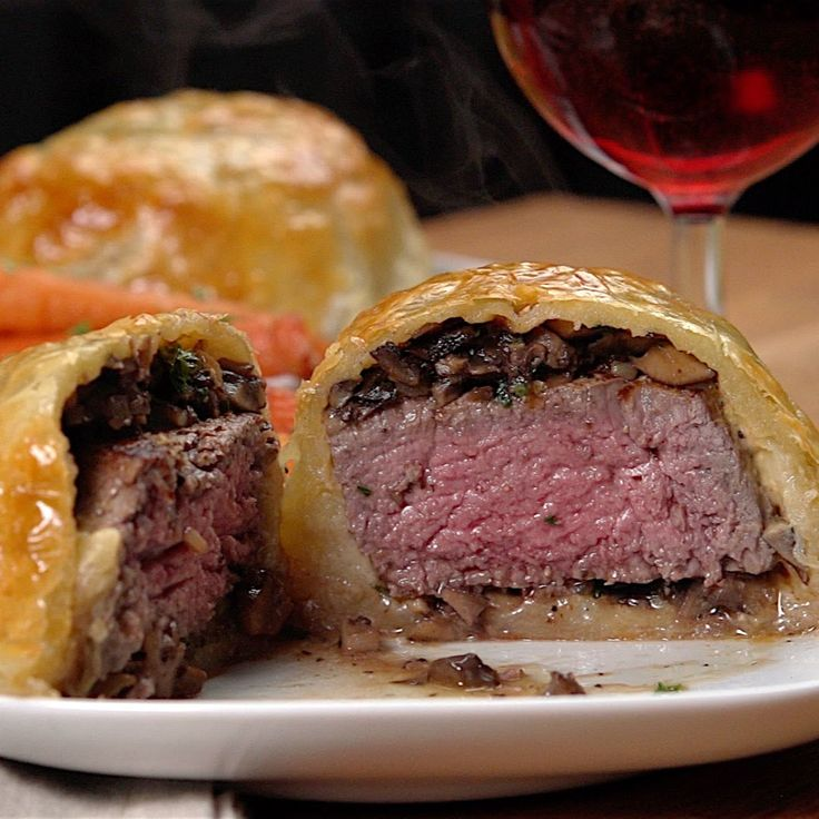 Mini Beef Wellingtons .... i could do this!