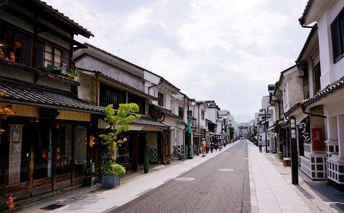 歴史を感じさせる土蔵が並ぶ中町通り。駅からも近くお散歩にぴったり。