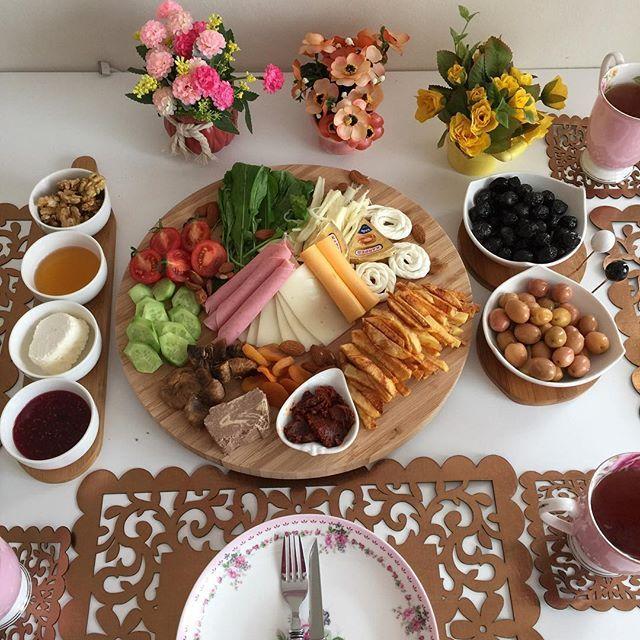Bu saatte kahvaltı Birlikte uzun uzun kahvaltı yapmayı sevdiğiniz arkadaşlarınızı etiketleyin