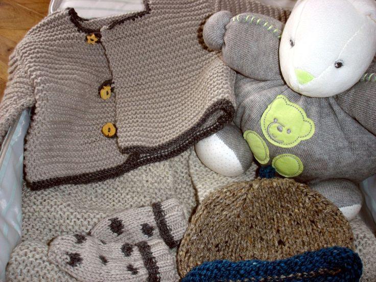 demain, papa commence la chambre de notre bébé : peinture, parquet ... et maman continue sa valisette : gigoteuse, brassière, bonnet(s), chaussons, moufles ♥♥♥ un cadeau de sa tata Leslie l'attend déjà... après le bonnet et les moufles, j'ai tricoté à...