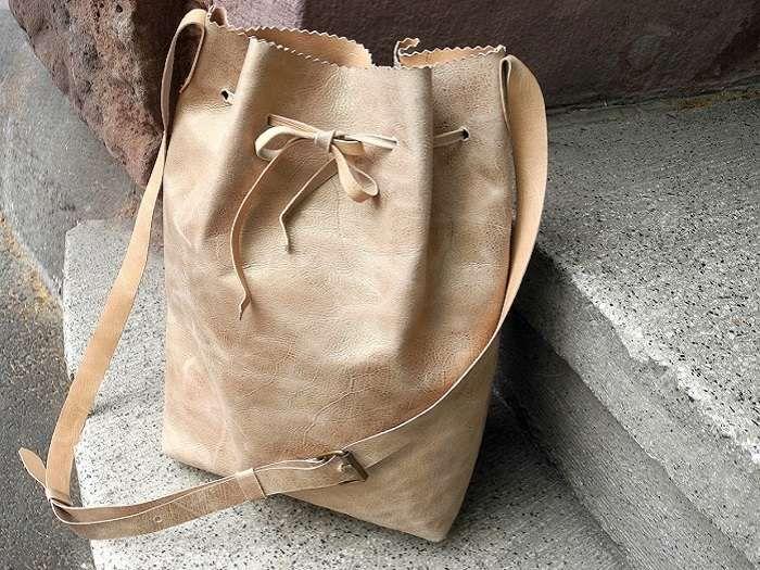 Eine tolle Bucket Bag aus Leder nähen ist bestimmt unheimlich schwer. Denkste! Nina zeigt Dir, dass Du Dir mit nur wenigen Handgriffen, eine tolle Ledertasche nähen kannst. Schau her!