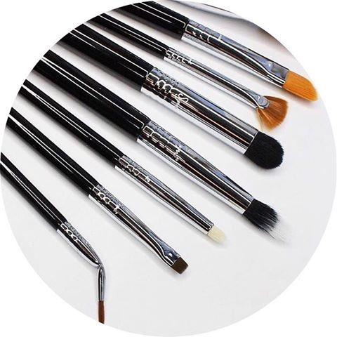 💕 Detail Brush Set de Sigma Beauty 💕 Enfin un kit spécialement conçu pour résoudre les petits soucis d'application de maquillage 🙈 👉🏻 Un pinceau = une forme pour une utilisation précise 👉🏻 Fibres synthétiques parfaites pour un résultat précis 👉🏻 Fabriqués pour appliquer au mieux les crèmes et poudres 👉🏻 Qualité et résistance pour une longue durée d'utilisation 😍 Qu'en pensez-vous ? 😍 N'hésitez plus, il est déjà disponible chez LANAÏKA et en ligne 💕