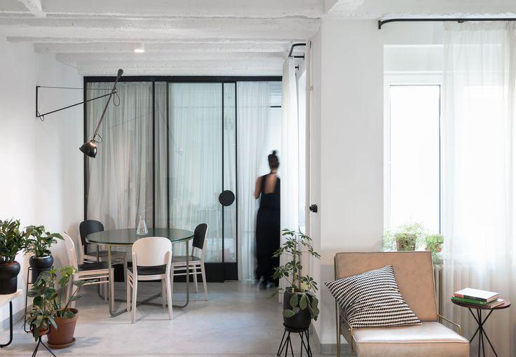 To minimalistyczne mieszkanie zostało zaprojektowane przez serbskie studio Autori. Zajmuje się ono zarówno architekturą, wystrojem wnętrz jak i komunikacją wizualną. Apartament znajduje się w typowym dla Belgradu bloku z lat 60-tych. W projekcie postawiono na geometrię i minimalizm. Gra zaczyna się