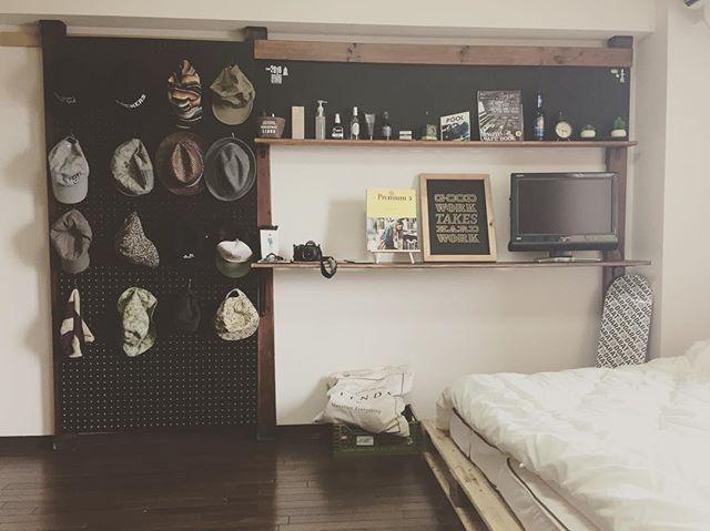 休日DIYひとまず完了 #DIY #ディアウォール #有孔ボード #パレットベッド #友達のチカラ