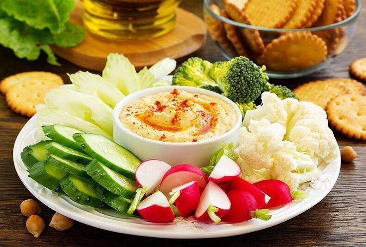 Сегодня хочется поделиться с Вами рецептом ХУМУСА!  Для справки Хумус  полезная паста которую обычно готовят из нута. Хумус употребляли в пищу ещё в Древнем Египте около 7000 лет назад.  Хумус готовят в разных уголках мира по-разному. Существует огромное разнообразие вкусов хумуса: с чесноком лимоном с зеленью с острыми нотками.  Это полезное блюдо можно мазать на хлеб добавлять в фалафель в рис использовать в качестве соуса к печёному картофелю и есть просто так.  А вот собственно сам…