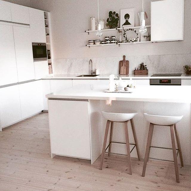 SFS ➰ KÖK  Såhär ser Ikeas kök Nodsta ut hemma hos @huset1919 Barstolarna från Hay gör sig riktigt bra med de vita sitsarna och träbenen. Gillar ni golvet? Det gör @huset1919 så mycket att de lagt detta furugolv Raw Vitt vaxoljat i hela huset! Spana in lamporna som hänger från taket och vad luftigt och snyggt det blir utan överskåp och med hyllplan istället!