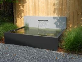Aluminium vijver en achterwand voorzien van RVS waterloop. zowel de vijver als muur zijn in alle maten en RAL kleuren te leveren