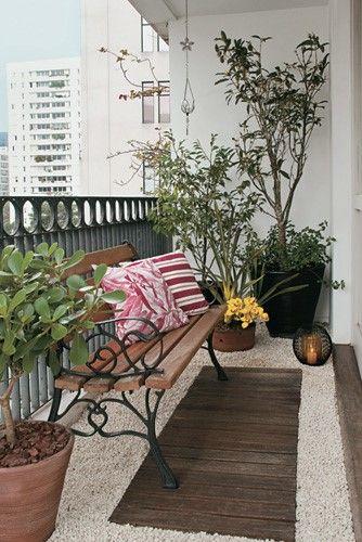 Plantas, banco charmoso, deck de madeira e pedriscos