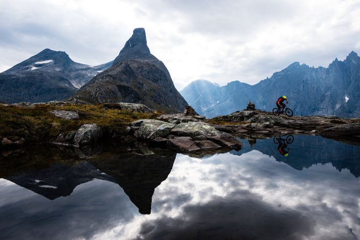 """Litlefjellet significa """"a pequena montanha"""" em norueguês, mas ainda estamos falando de um 800 metros de altitude. No entanto, as montanhas em torno dele são muito mais impressionantes - como o famoso Muro Troll, uma parede de escalada icônica."""