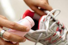 Sofre de mau cheiro nos sapatos? Então saiba que existem dicas caseiras que podem ajudar a acabar com esse problema! #sapatos #limpeza #chulé #tênis
