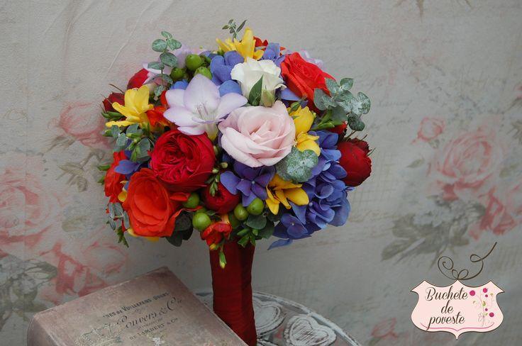 Un buchet colorat, realizat din trandafiri de gradina, hortensie, frezii si eucalipt