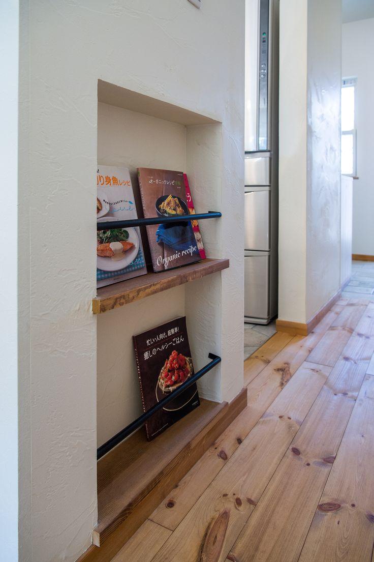 キッチン袖壁にはニッチを作ってマガジンラックのスペースをつくりました。バーはアイアン製で可愛く。