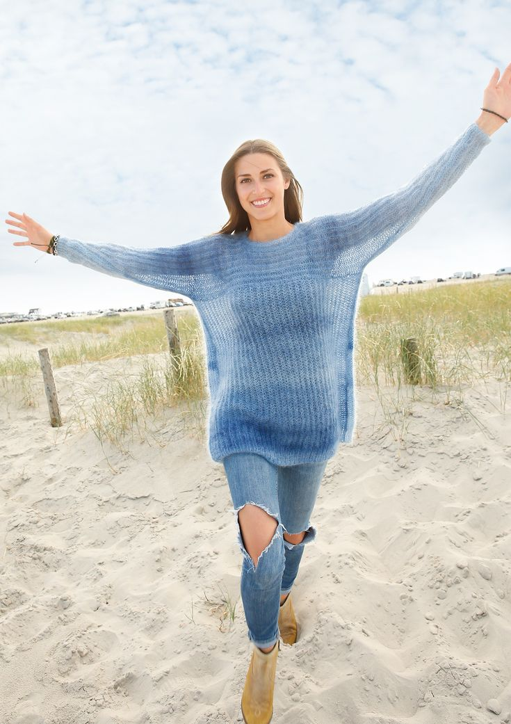 Federleicht Weit, luftig und mit tollem Farbverlauf in Blautönen. Der Pullover im Patentmuster wird mit zwei Fäden gestrickt. Trotzdem braucht man dafür nur etwa 200 Gramm des seidig schimmernden Garns! Zuerst werden Ärmel und Passe in...